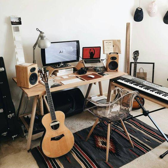 This Studio Combines Earthy Rustic Tones With Lots Of Wooden Finishes To Achieve A Convincingly Bohemian Music Design Small Desk That Is Well